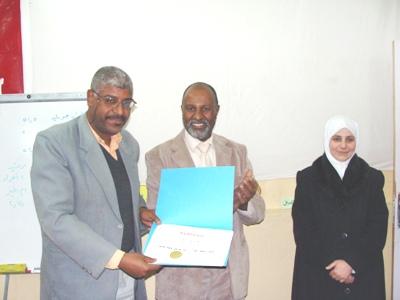المتدرب عبد الرحمان عبدي يستلم شهادته من طرف  مدير إيلاف ترين ورقلة السيد الطيب بيليك